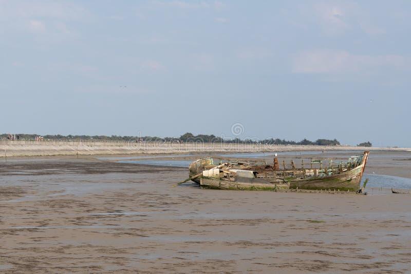 Demolisca nel cimitero delle barche a bassa marea fotografie stock libere da diritti