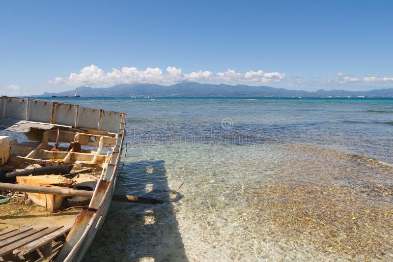 Demolisca sulla spiaggia tropicale bianca - isola di Le Gosier - la Guadalupa immagini stock