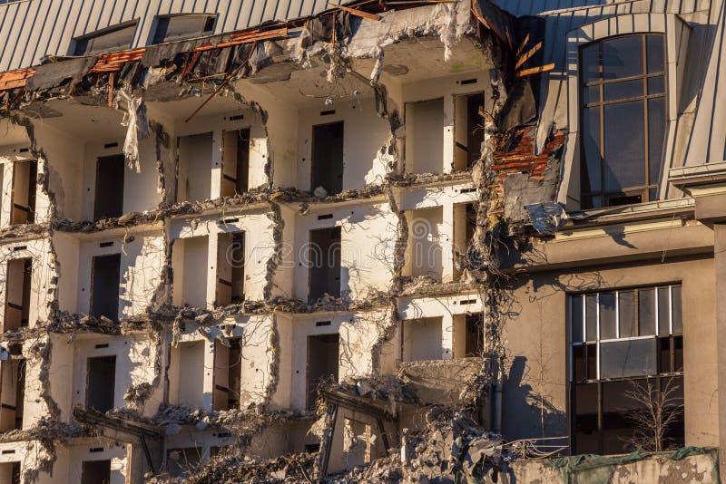 Demolizione di una costruzione distruzione in un quartiere urbano residenziale fotografia stock