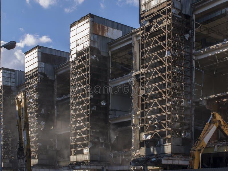 Demolizione di vecchia carcassa del metallo del whith del fabbricato industriale immagini stock libere da diritti