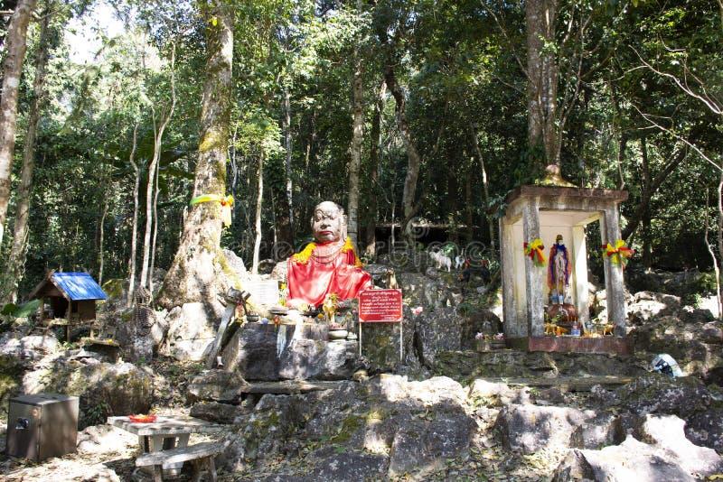 Demon eller jätte- ängelstaty i skogöverkant av berget på Wat Phra That Doi Tung i Chiang Rai, Thailand arkivfoton