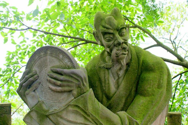 Demon statua zakrywająca w mech zdjęcia stock