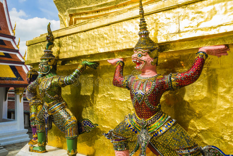 Demonbeschermers ondersteunend Wat Arun Temple, Bangkok, Thailand stock foto's