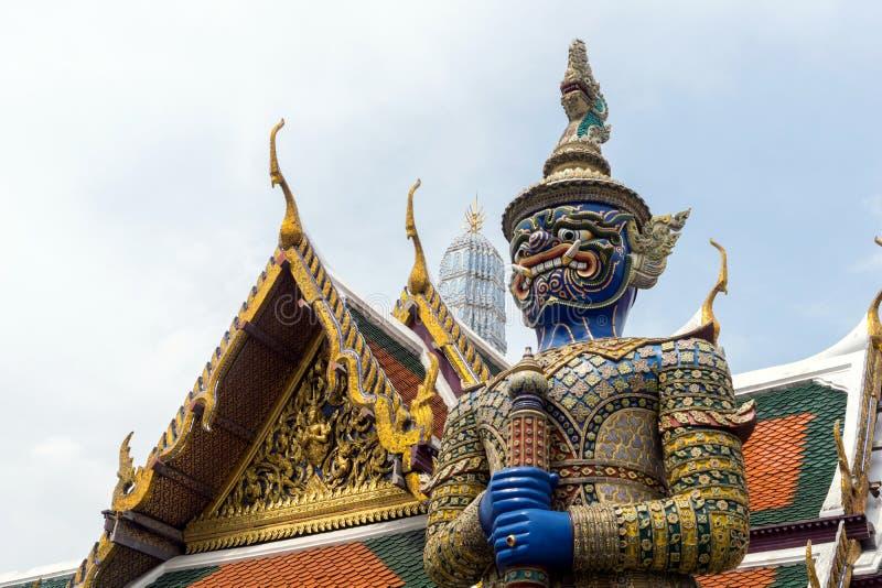 Demonförmyndare av Wat Phra Kaew, den storslagna slotten i Bangkok, Thailand arkivbild