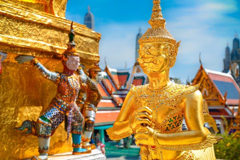 Demonförmyndare på Wat Phra Kaew - templet av Emerald Buddha i Bangkok arkivfoto