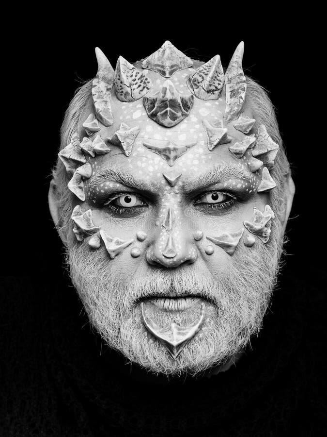 Demonhoofd op zwarte achtergrond Vreemde of reptilian make-up stock afbeelding