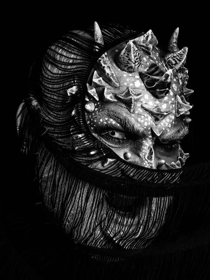 Demonio que grita con la bufanda en cara imagen de archivo