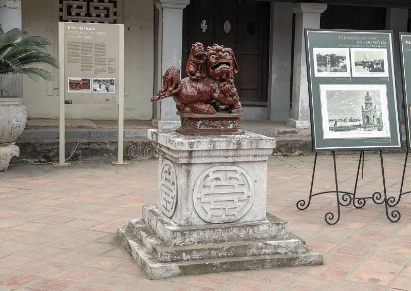 Demonstandbeeld, 4de binnenplaats, Tempel van Literatuur, Hanoi Vietnam stock afbeelding