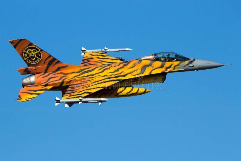 Demonstração aérea do jato do caça F-16 do tigre fotografia de stock royalty free