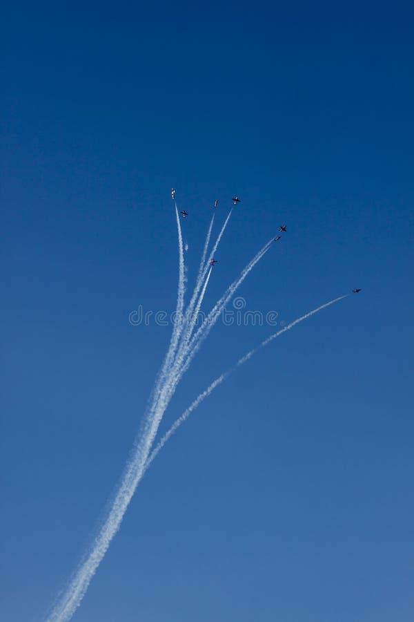 Demonstração aérea sincronizada para o público no lago mountain imagens de stock royalty free