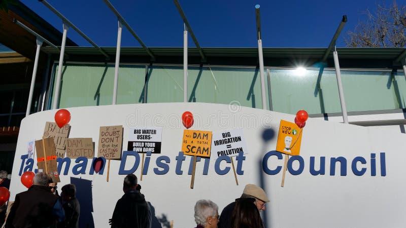 Demonstração contra a represa de Waimea, conhecida como o insensatez de Kempthorne, no escritório do conselho distrital de Tasman imagens de stock