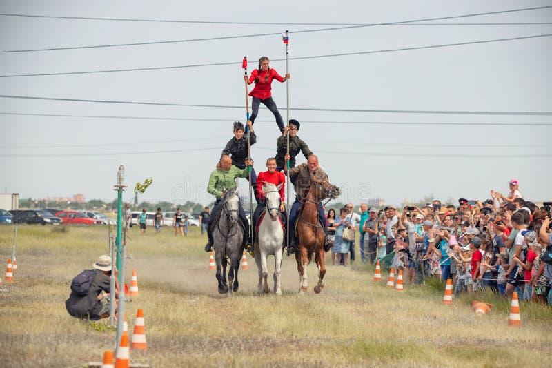 Demonstração da capacidade dos cossacos dos representantes para ficar na sela e para executar a cavalo truques fotos de stock royalty free