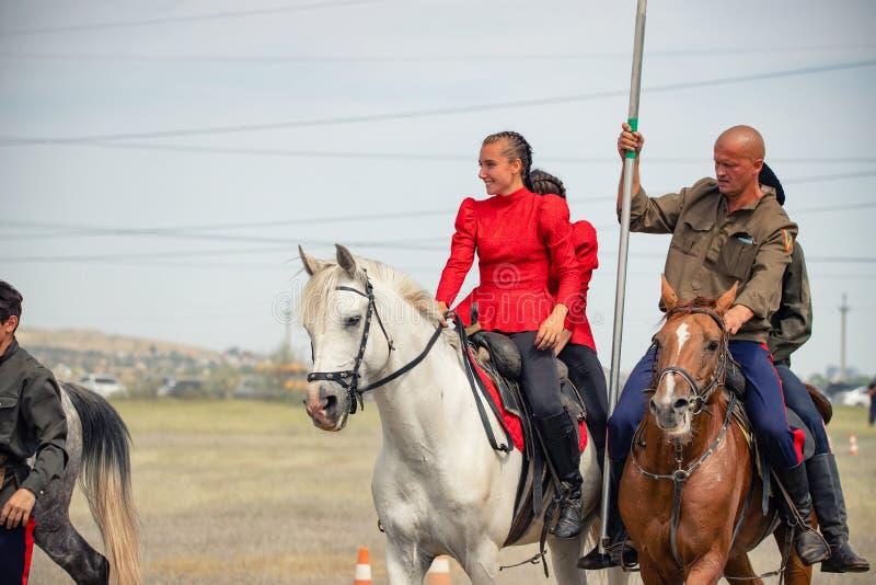 Demonstração da capacidade dos cossacos dos representantes para ficar na sela e para executar a cavalo truques imagens de stock royalty free
