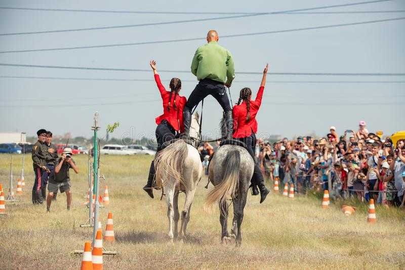 Demonstração da capacidade dos cossacos dos representantes para ficar na sela e para executar a cavalo truques foto de stock royalty free