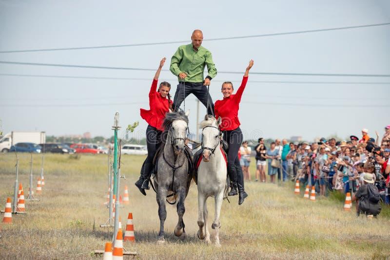 Demonstração da capacidade dos cossacos dos representantes para ficar na sela e para executar a cavalo truques imagem de stock royalty free