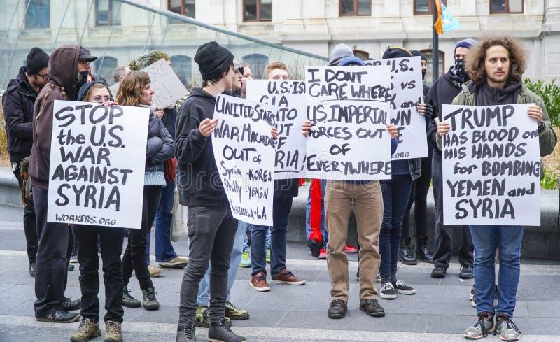 Demonstração e marcha de protesto contra o trunfo e a guerra em Síria - PHILADELPHFIA - PENSILVÂNIA - 6 de abril de 2017 fotografia de stock royalty free