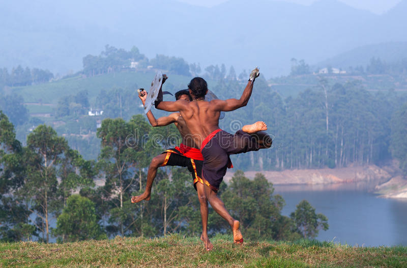 Demonstração marital da arte de Kalaripayattu em Kerala, Índia sul foto de stock