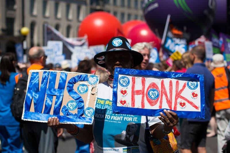 Demonstração por suportes & por pessoal de NHS, em NHS na reunião 70 em Londres central, Reino Unido fotos de stock