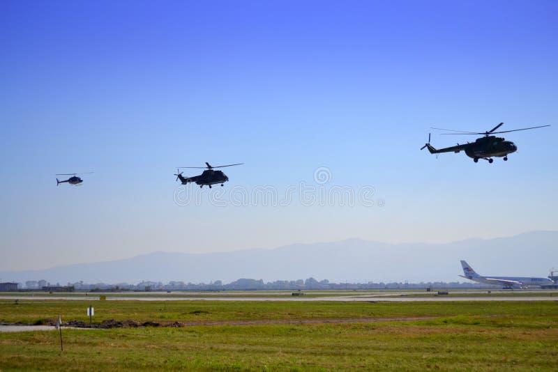Demonstrações militares do voo dos helicópteros imagem de stock royalty free