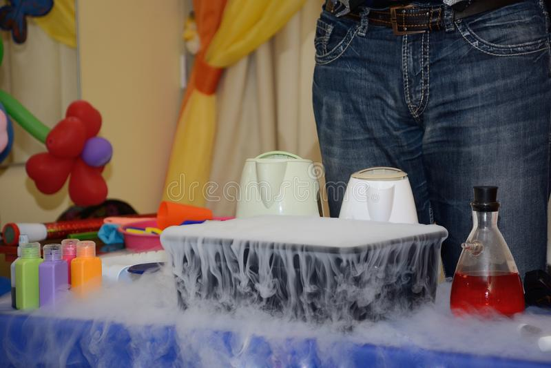 Demonstracja eksperyment przy którym zbiornik wyparowywa gaz zdjęcia royalty free