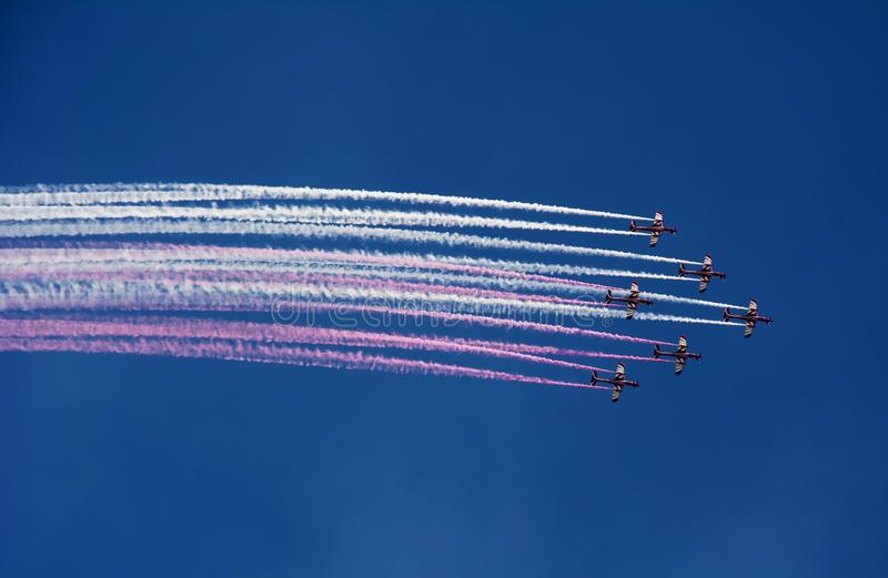 Demonstracja loty z samolotami w kształcie barwiony strumień fotografia stock