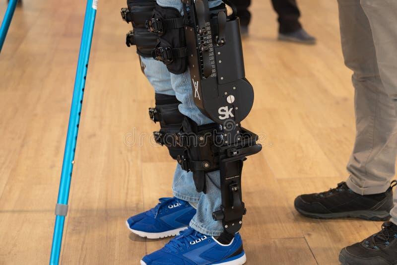 Demonstracja zasilany exoskeleton dla niepełnosprawnych persons obrazy stock