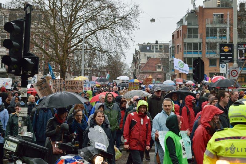 Demonstracje maszerują dla silnych zmiana klimatu polis w holandiach obraz stock