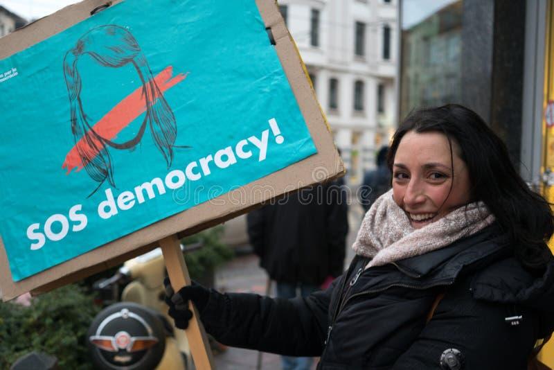 Demonstrador Catalan que sustenta uma democracia de leitura da bandeira SOS fotografia de stock royalty free