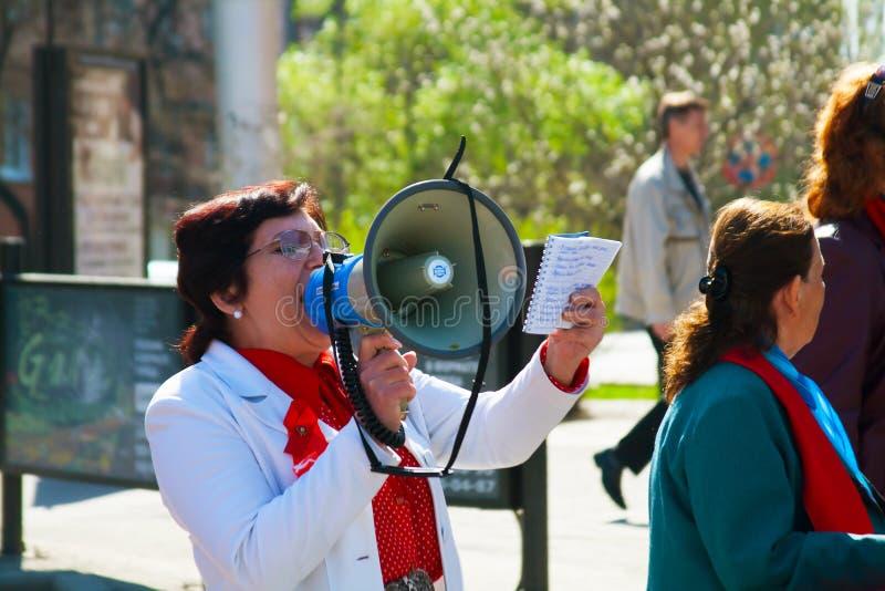 Demonstrador com um megafone na demonstração do primeiro de maio em Volgograd fotografia de stock