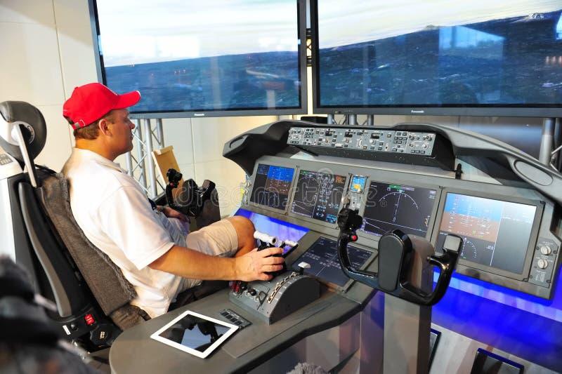 Demonstrador da cabina do piloto de Boeing 787 Dreamliner em Singapura Airshow 2012 fotografia de stock