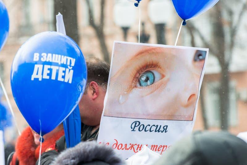 Demonstradores do russo que guardaram o cartaz fotos de stock