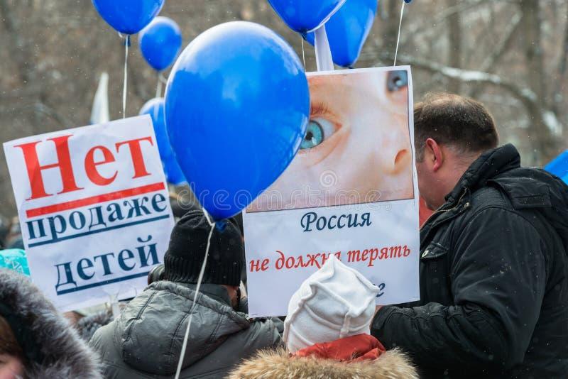 Demonstradores do russo que guardaram o cartaz fotografia de stock