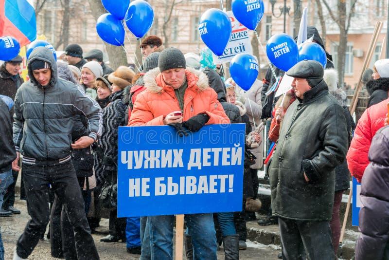 Demonstradores do russo que guardaram o cartaz fotografia de stock royalty free
