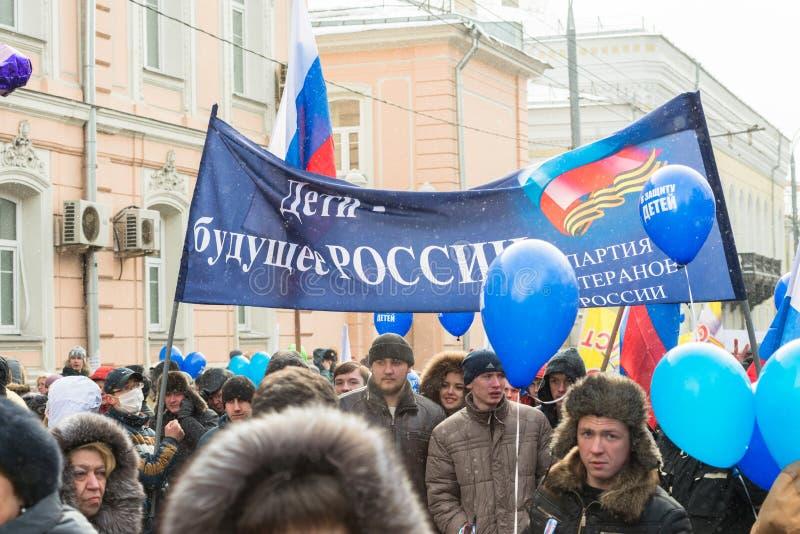 Demonstradores do russo que guardaram o cartaz imagem de stock