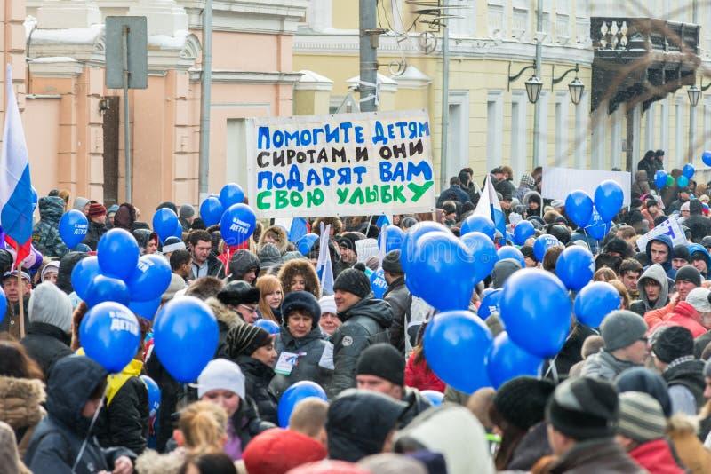 Demonstradores do russo que guardaram o cartaz fotos de stock royalty free