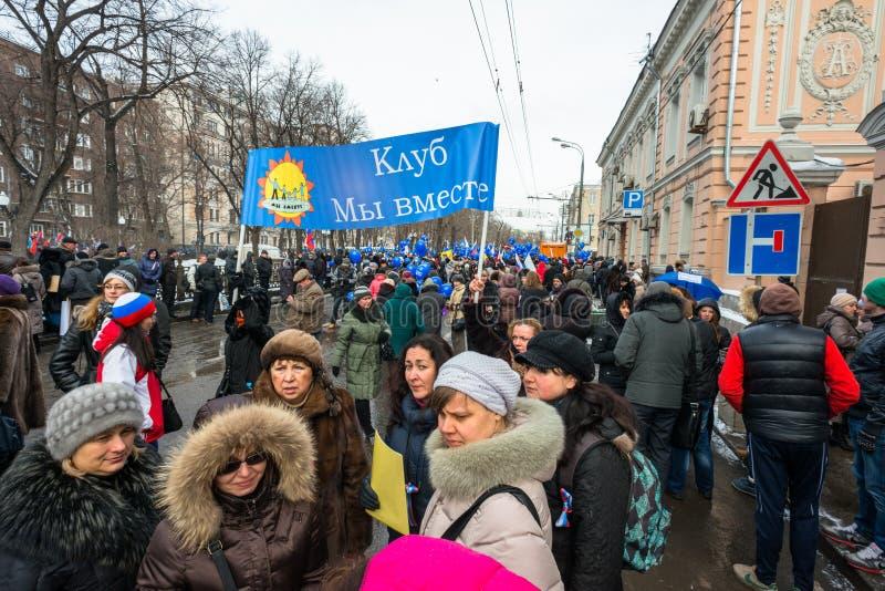 Demonstradores do russo que guardaram o cartaz foto de stock royalty free