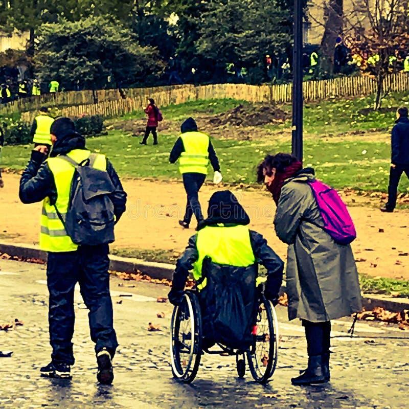Demonstradores durante um protesto em vestes amarelas fotos de stock royalty free