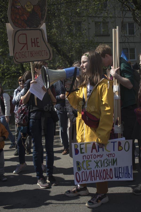 Demonstranten halten das Zeichensagen stockbilder