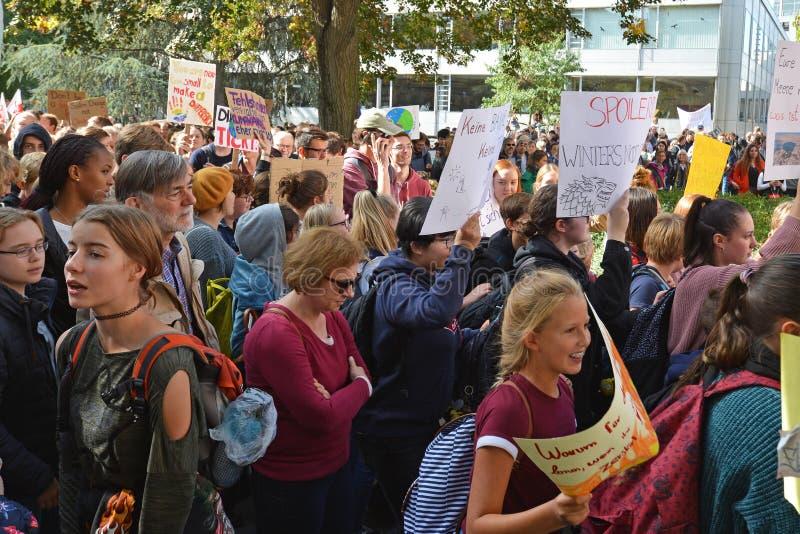 Demonstranten van verschillende leeftijden verzamelen zich tijdens de wereldwijde klimaatverandering royalty-vrije stock afbeeldingen