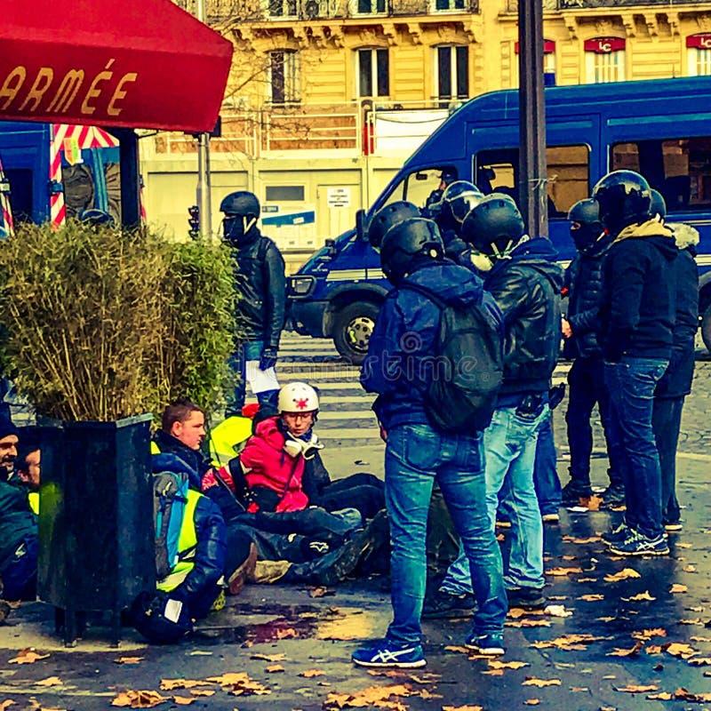 Demonstranten während eines Protestes in den gelben Westen stockfotografie