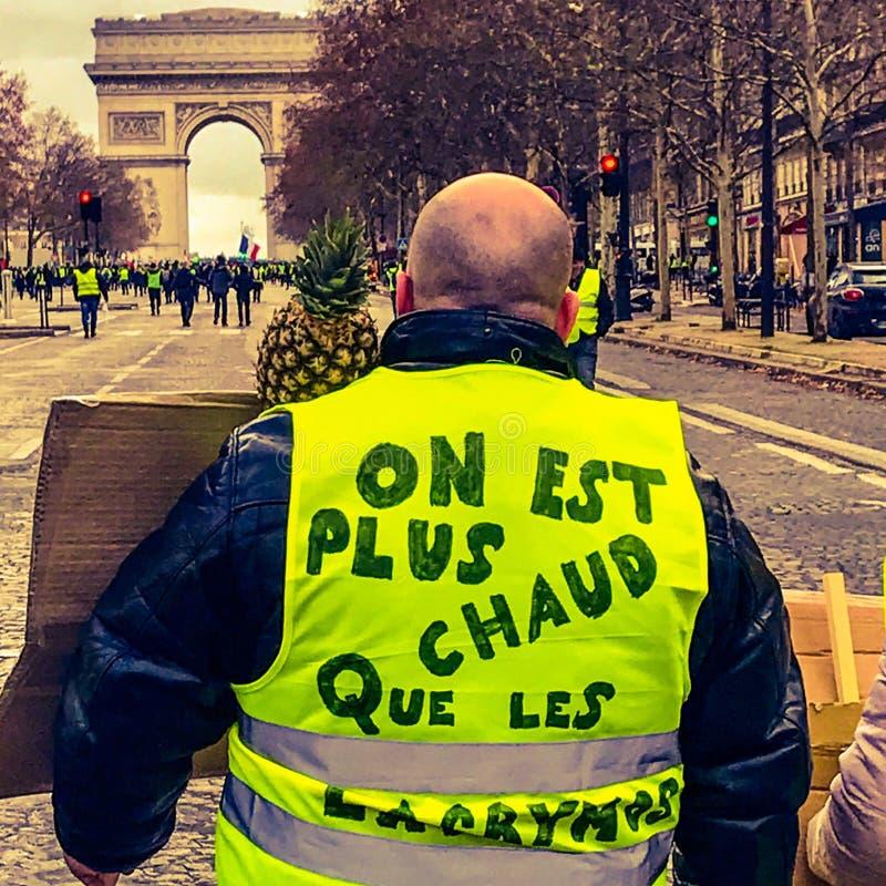 Demonstranter under en protest i gula västar arkivfoton