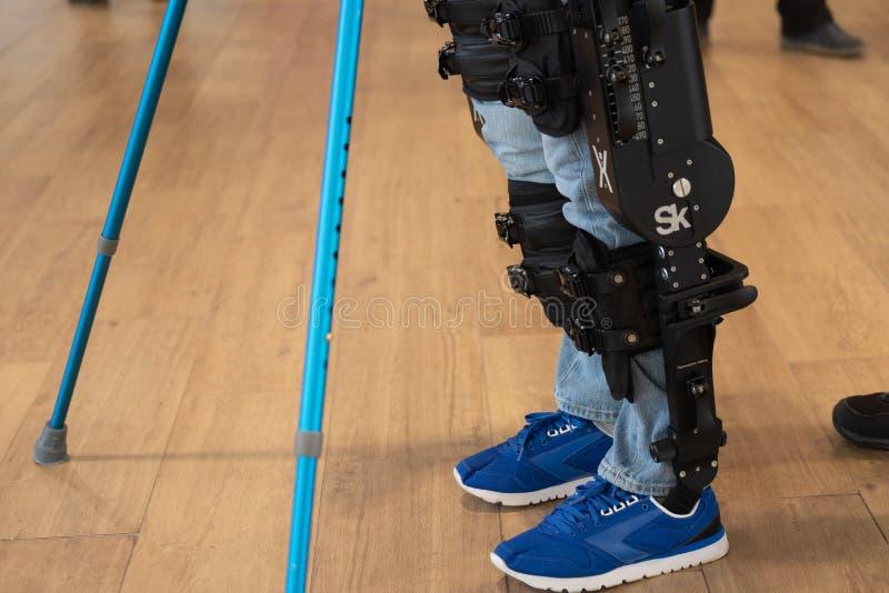Demonstratie van aangedreven exoskeleton voor gehandicapten royalty-vrije stock fotografie