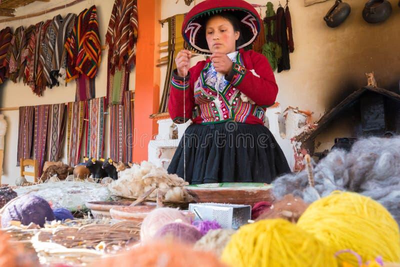 Demonstratie van het met de hand gemaakte weven van alpacawol royalty-vrije stock fotografie