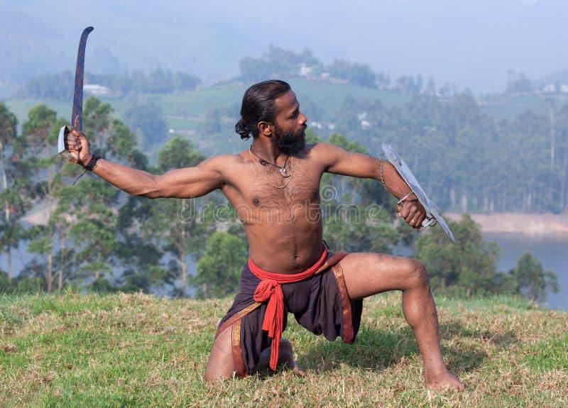 Demonstratio marital de execução da arte de Kalaripayattu do lutador indiano imagens de stock royalty free