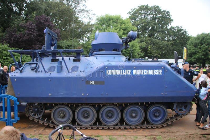 Demonstration av en special tumultbehållare som ska används av den holländska militära polisen royaltyfri bild