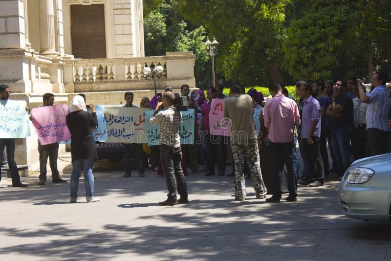 Demonstration i område för El Dokki, Cairo, Juli 2012 royaltyfri fotografi