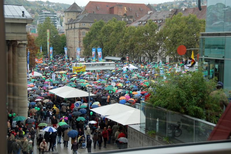 Demonstration im Regen stockbilder