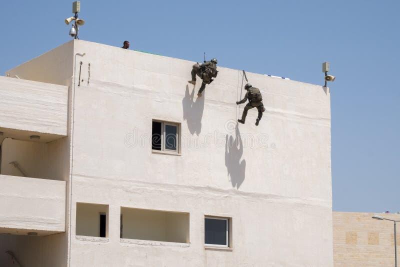 Demonstration von Israel Police Special Unit nach Hause stürmend mit Terroristen stockbild