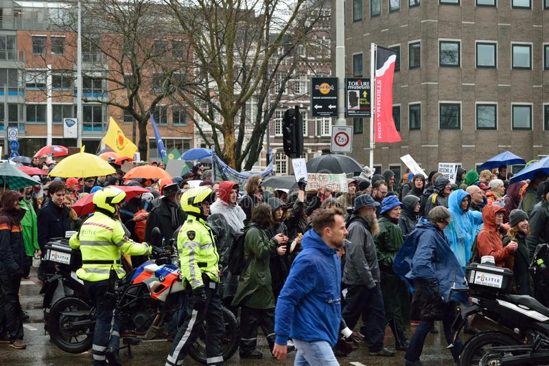 Demonstrationer marscherar för starkare klimatförändringpolitik i Nederländerna arkivfoto