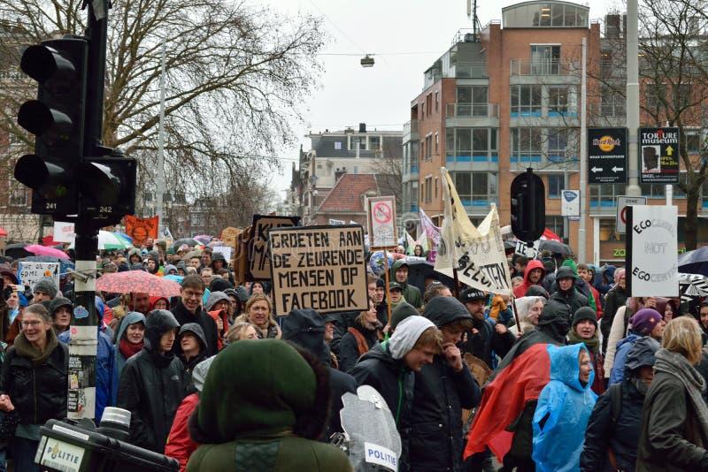 Demonstrationer marscherar för starkare klimatförändringpolitik i Nederländerna arkivbild